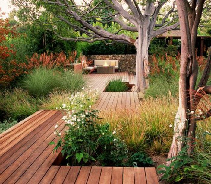 allee-de-jardin-en-bois-revetement-sol-exterieur-en-bois-gravier-allée-en-bois