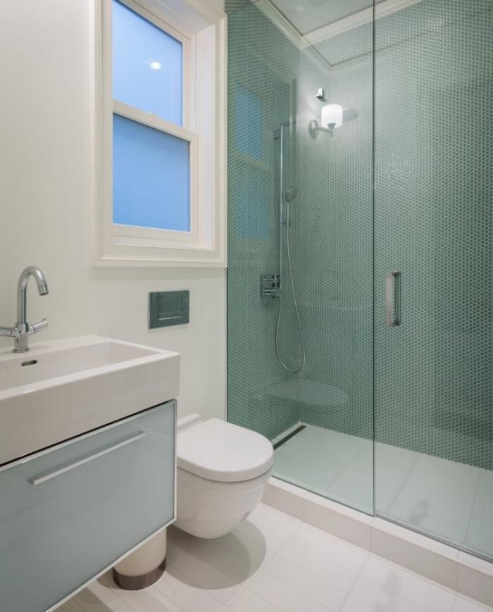 aménagement-petite-salle-de-bains-avec-cabine-douche-et-toilettes