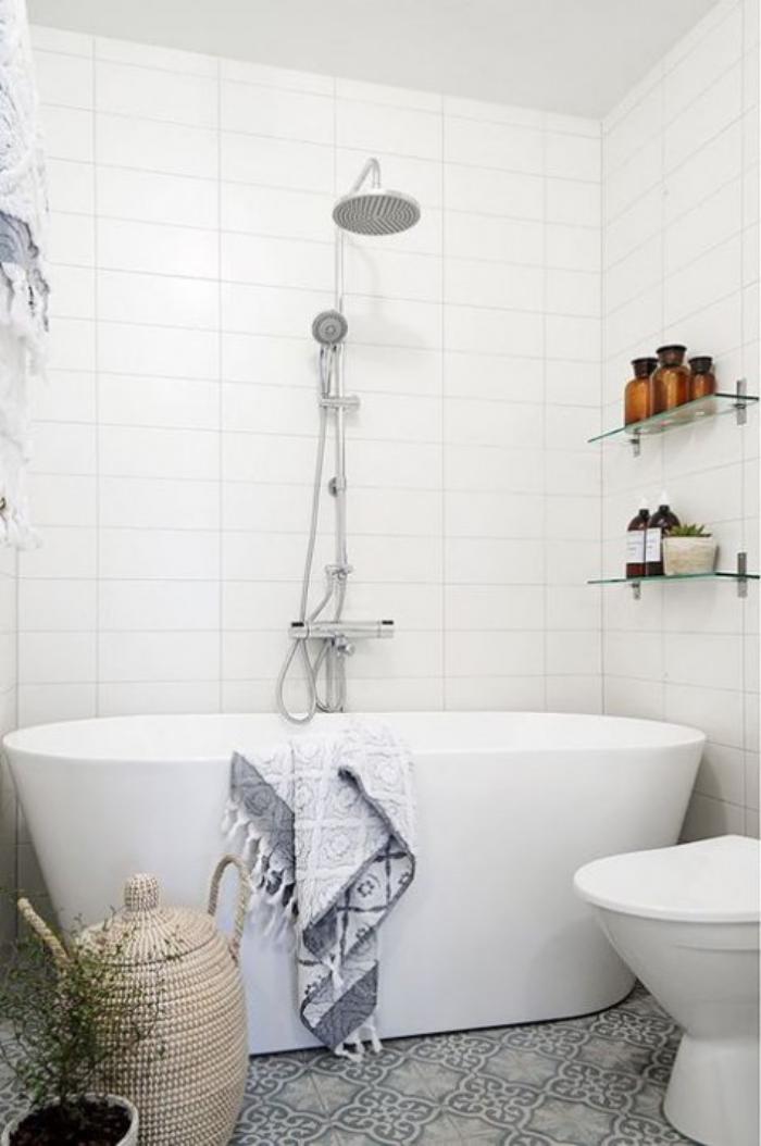aménagement-petite-salle-de-bains-grande-baignoire-blanche