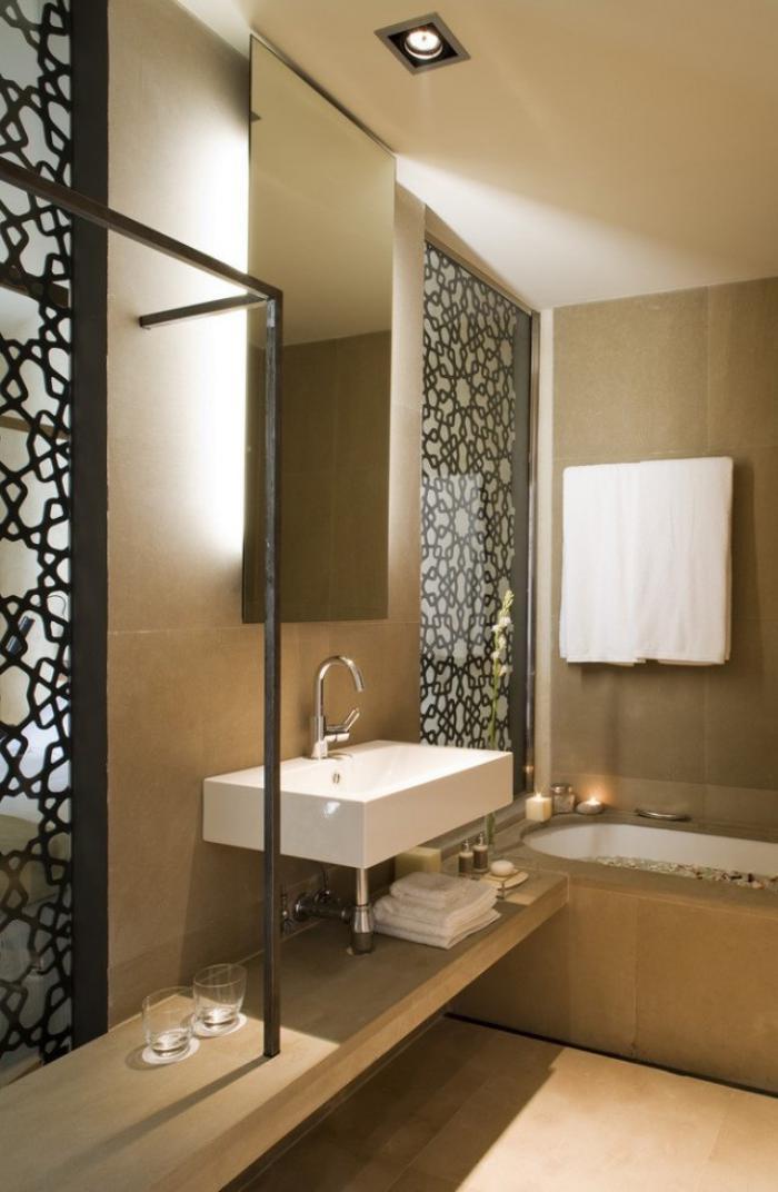 aménagement-petite-salle-de-bains-lavabo-suspendu-grand-comptoir-en-bois