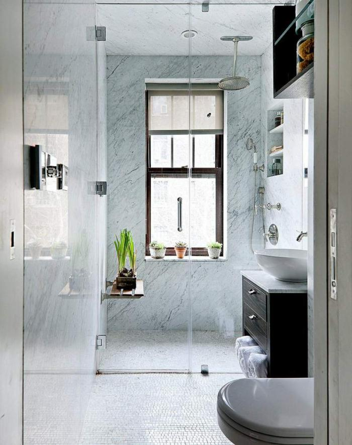 aménagement-petite-salle-de-bains-revêtement-mural-marbre