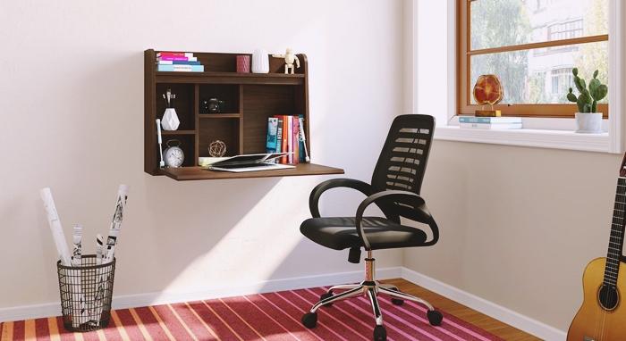 amenagement bureau travail domicile table murale bois fonce chaise bureau noir coin tapis rouge fenêtre étagère
