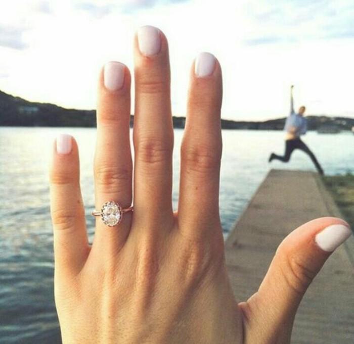 annonce-mariage-originale-admirable-idée-au-bord-de-lac-il-demande