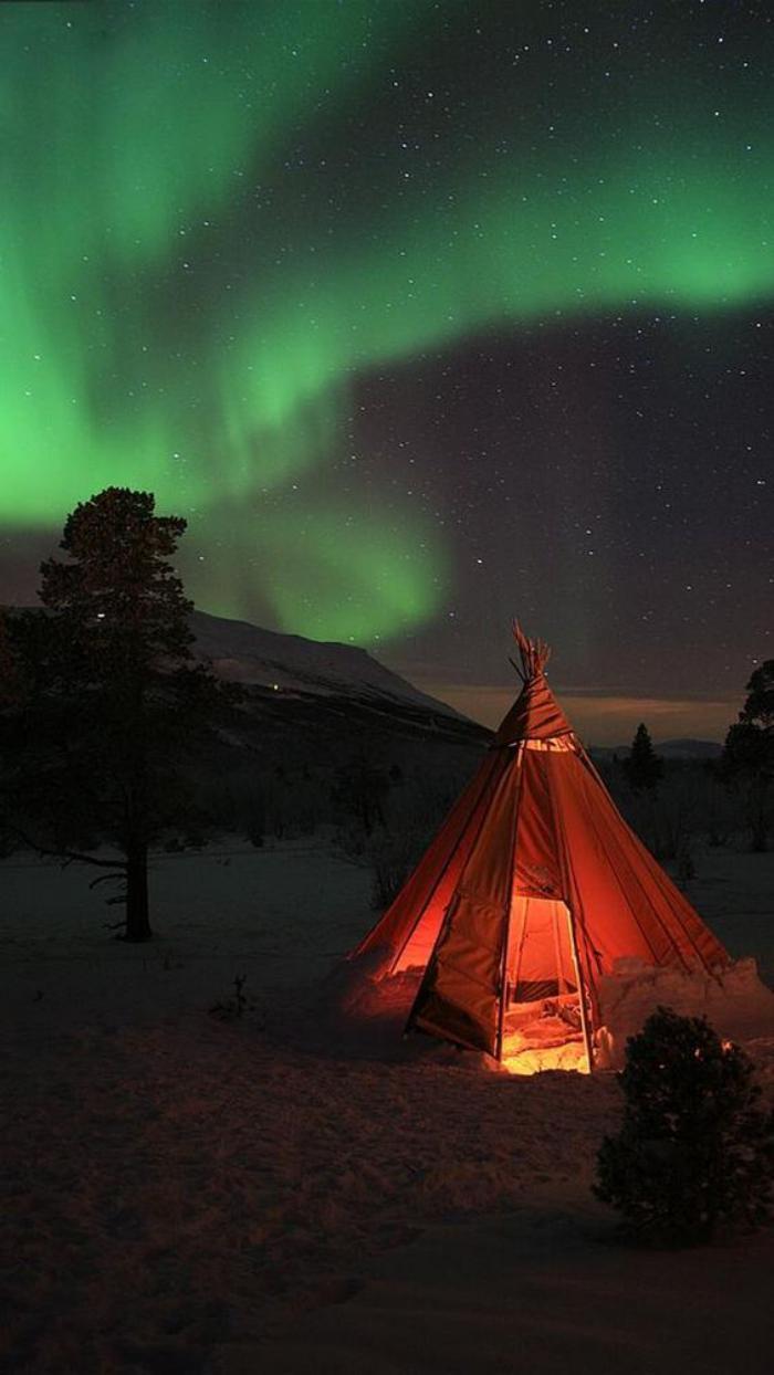 aurores-boréales-camper-au-desus-des-aurores-polaires