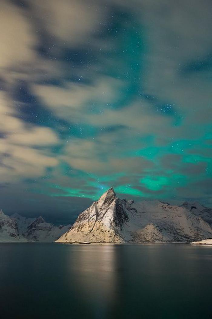 aurores-boréales-ciel-bleu-néon-pôle-Nord