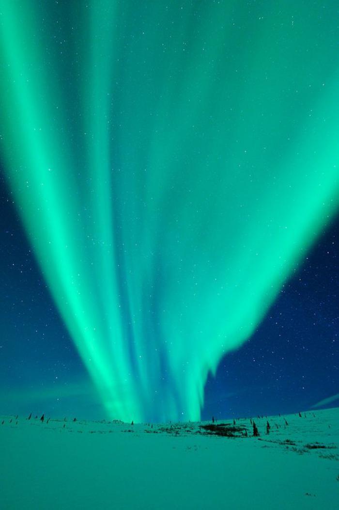 aurores-boréales-joli-spectacle-polaire-au-dessus-d'un-paysage-d'hiver