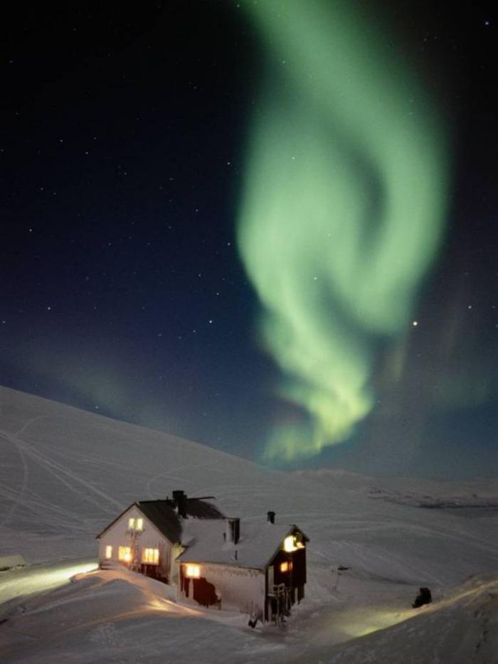 aurores-boréales-jolie-aurore-polaire-au-dessus-de-chalet-de-montagne