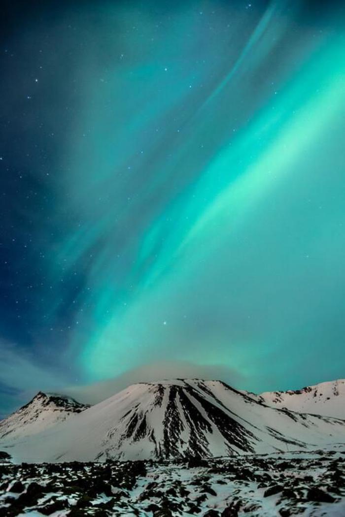 aurores-boréales-le-ciel-bleu-néon-au-dessus-du-sommet-enneigé