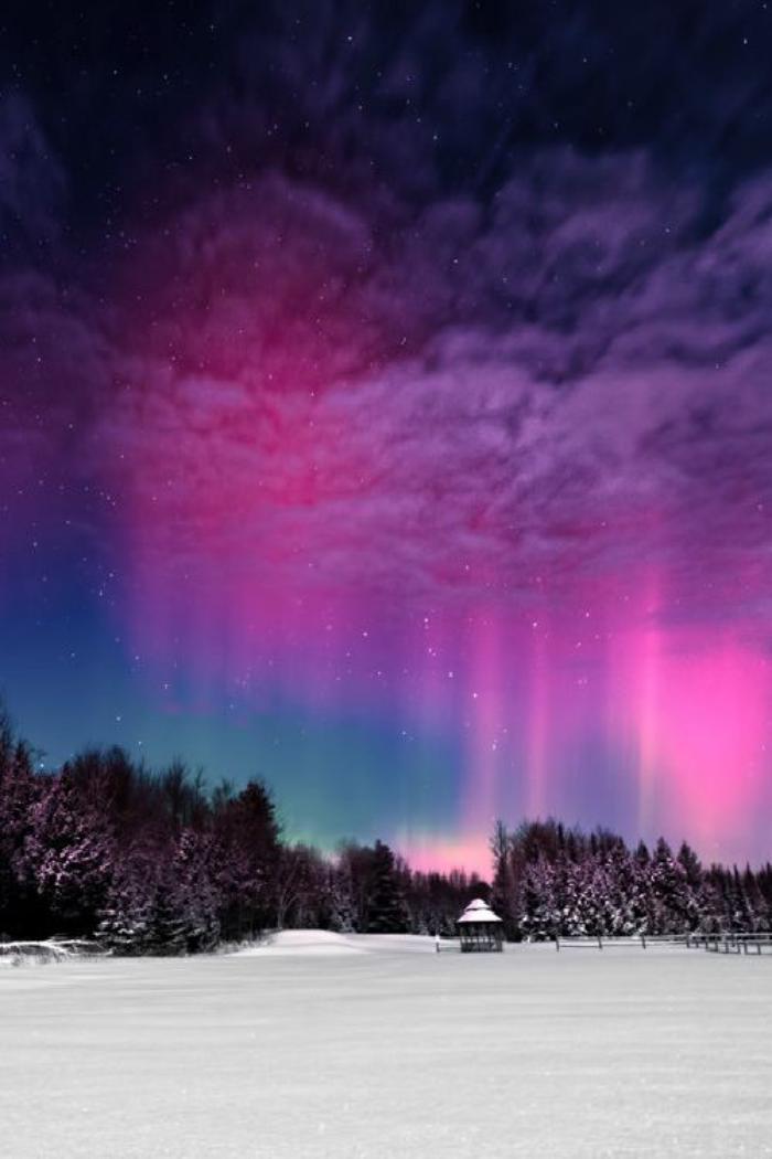 aurores-boréales-le-ciel-illuminé-en-pourpre-dans-un-pays-du-Nord