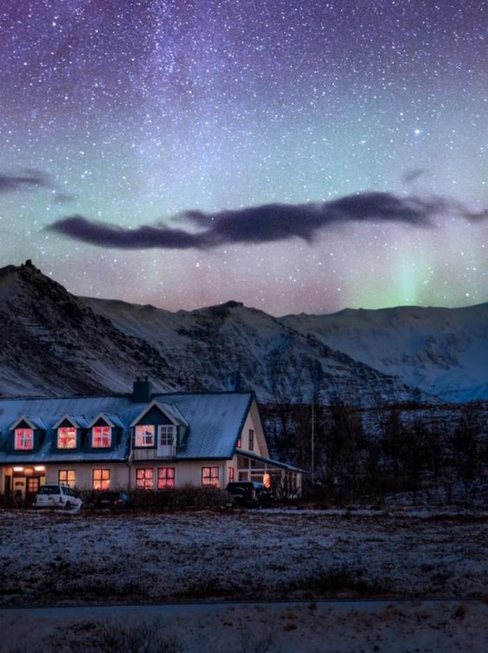 aurores-boréales-le-ciel-scandinave-au-dessus-d'un-chalet-à-la-montagne