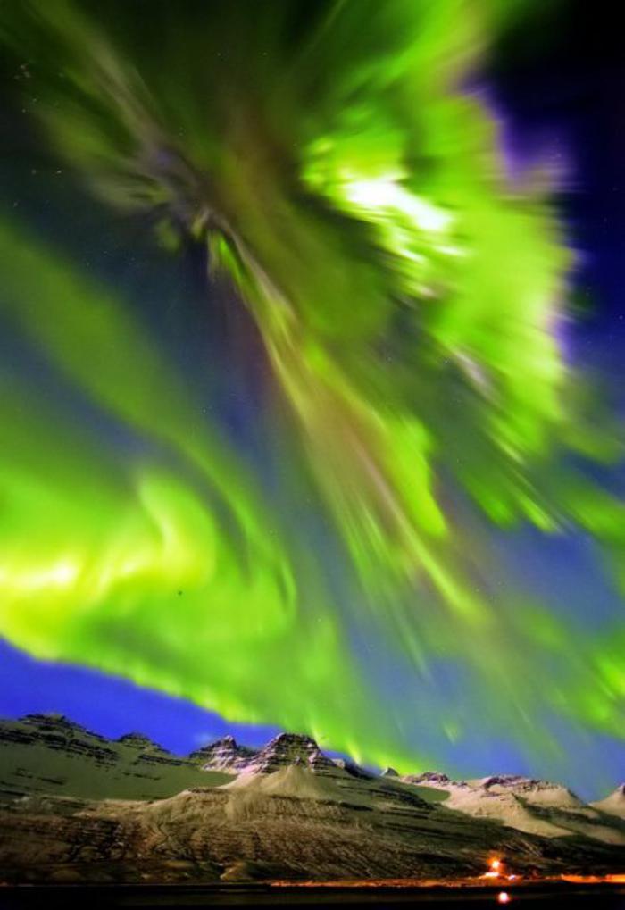 aurores-boréales-le-ciel-verse-une-grande-lumière-sur-la-terre