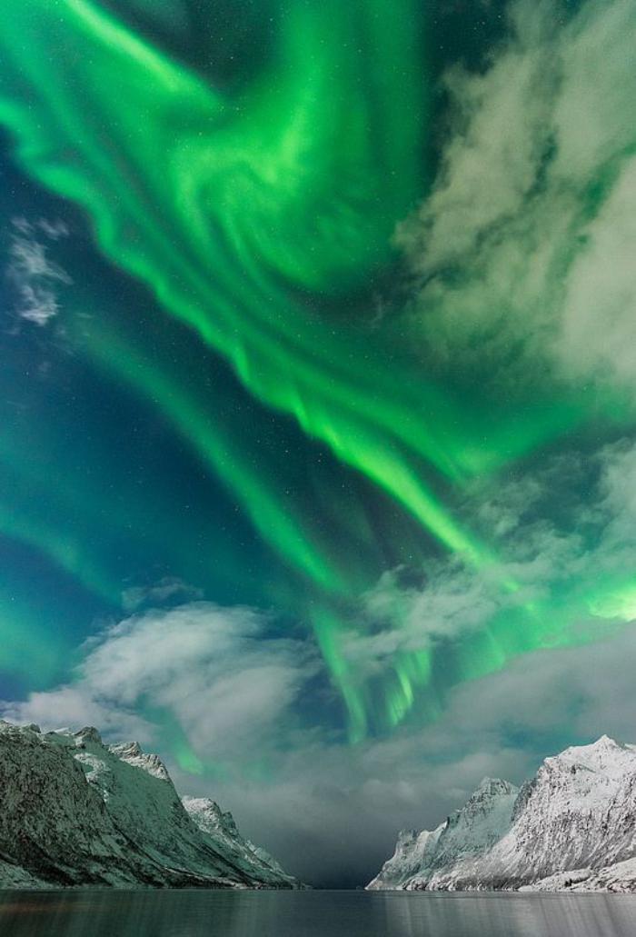 aurores-boréales-magnificence-de-la-nature-des-pays-scandinaves