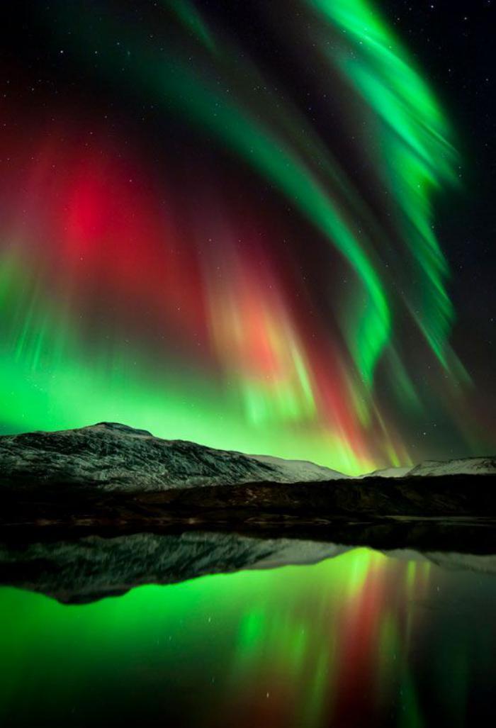 aurores-boréales-paysage-de-nuit-divin