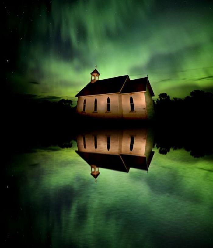 aurores-boréales-église-au-Canada