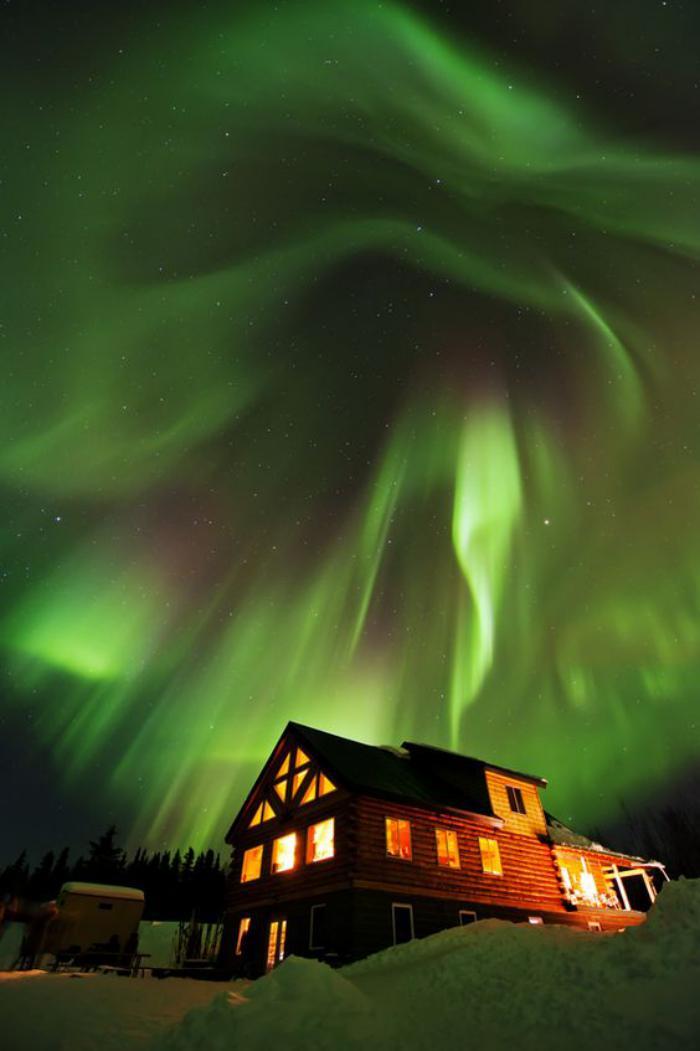 aurores-boréales-spectacle-fantastique-chalet-et-aurore-boréale