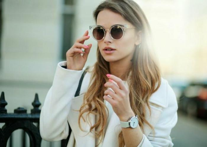 belle-fille-avec-des-lunettes-de-soleil-rondes-modernes-resized-resized
