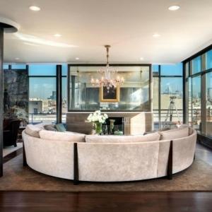 Maison stylée contemporaine à l'aide de plafond moderne