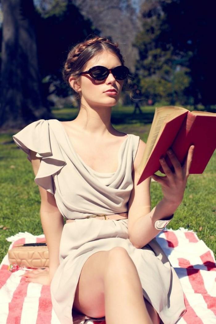 best-sellers-livres-2016-quoi-lire-dans-le-parc-une-femme-assie-sur-la-pelouse-verte-avec-livre