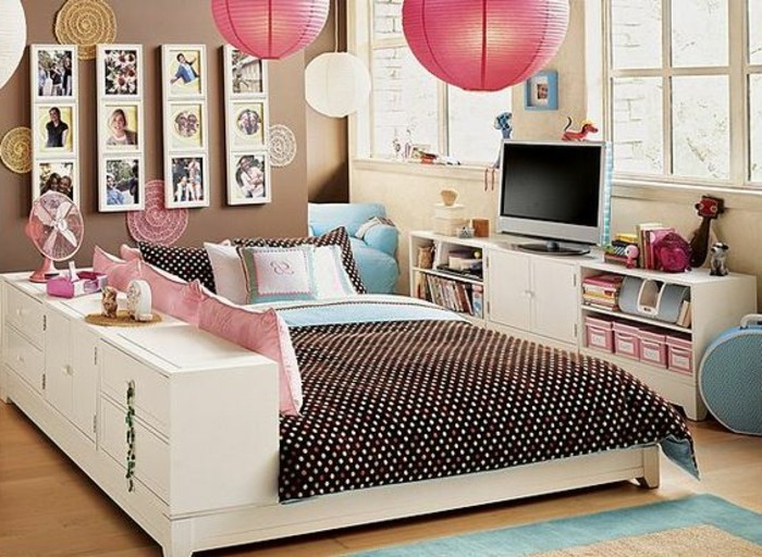 boules-en-tissu-blanc-et-rose-lustre-design-boule-sol-en-parquet-clair-tapis-bleu-ciel