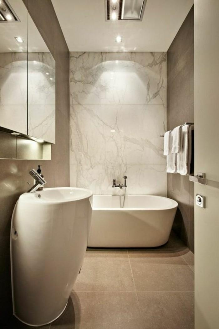 carrelage-mural-dalles-marbre-sol-dalles-beiges-salle-de-bain-taupe-baignoire-grande