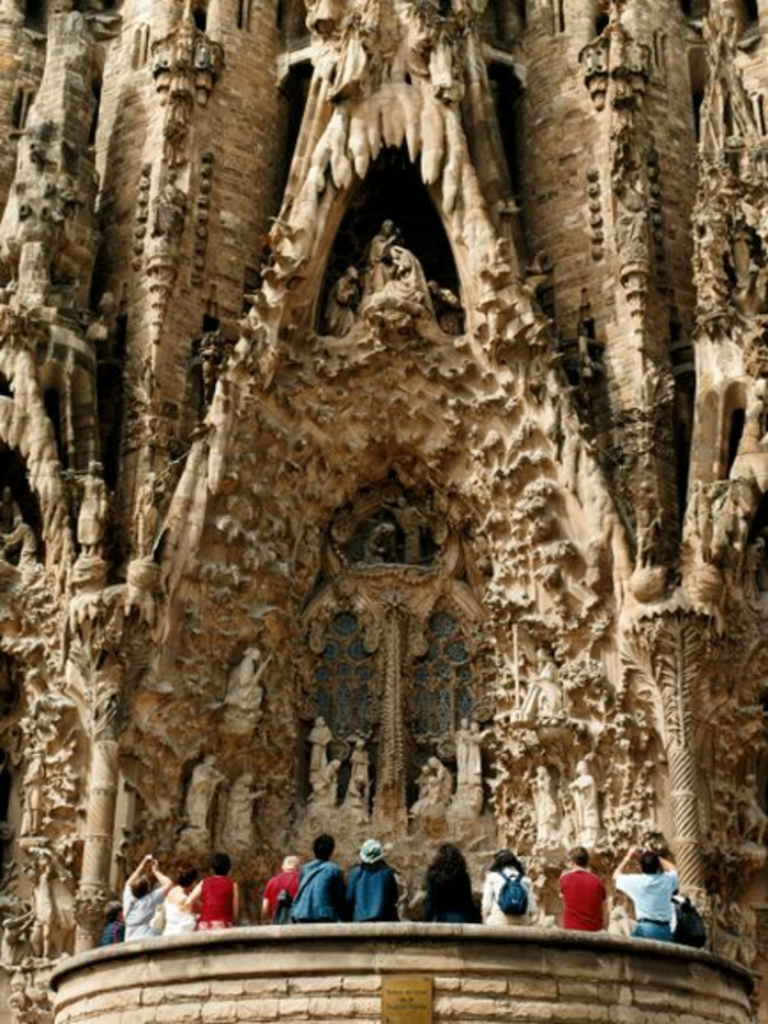 cathedrale-barcelone-Sagrada-Familia-detail-facade-touristes-admiratifs-resized