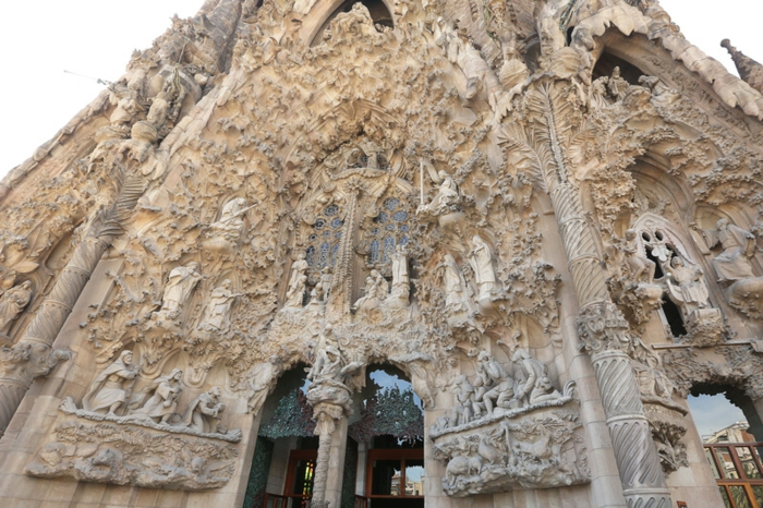 cathedrale-barcelone-Sagrada-Familia-elements-gothiques-exuberants-resized