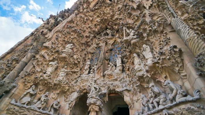 cathedrale-barcelone-Sagrada-Familia-facade-duree-de-la-construction-plus-de-100-ans-resized
