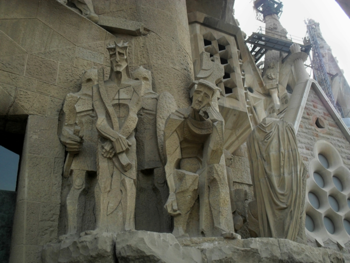 cathedrale-barcelone-Sagrada-Familia-figures-Passion-resized