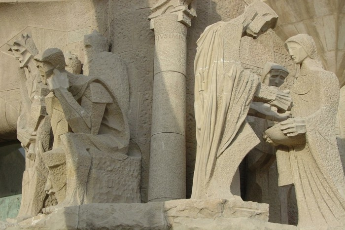 cathedrale-barcelone-Sagrada-Familia-figures-Pitie-resized