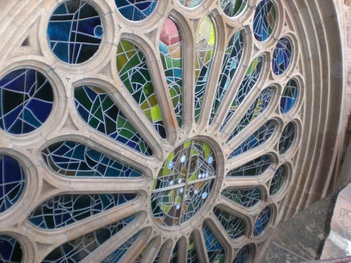 cathedrale-barcelone-Sagrada-Familia-les-vitrages-sur-la-facade-centrale-resized