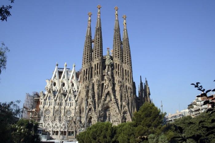 cathedrale-barcelone-Sagrada-Familia-nouvelle-et-vieille-partie-resized