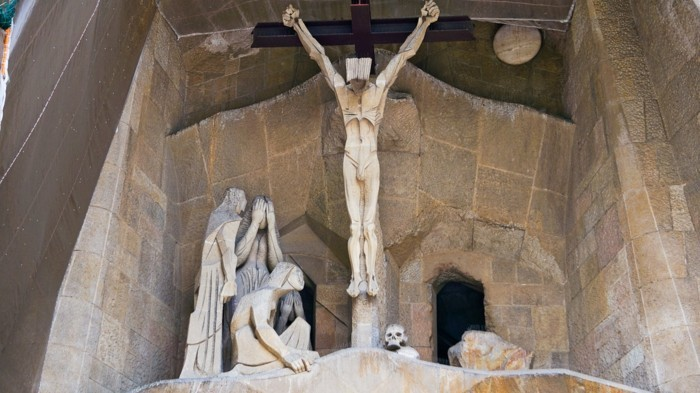 cathedrale-barcelone-Sagrada-Familia-scene-le-Christ-crucifie-resized