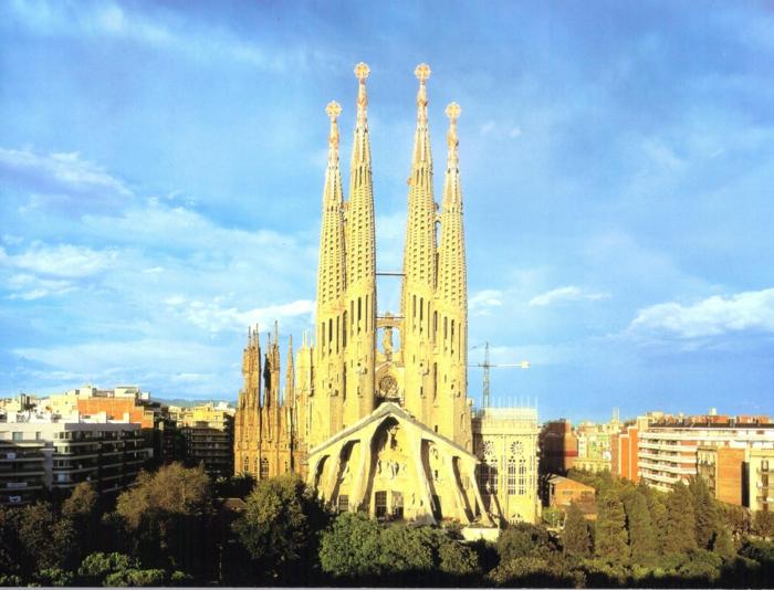 cathedrale-barcelone-Sagrada-Familia-sur-le-fond-du-paysage-de-ville-resized