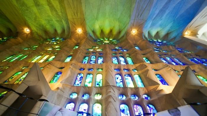 cathedrale-barcelone-Sagrada-Familia-une magie-de-formes-et-de-couleurs-resized