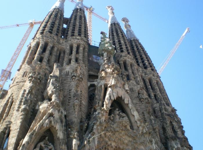 cathedrale-barcelone-Sagrada-Familia-une-vue-de-pres-resized
