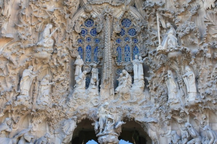 cathedrale-barcelone-Sagrada-Familia-vitrages-bleus-facade-resized