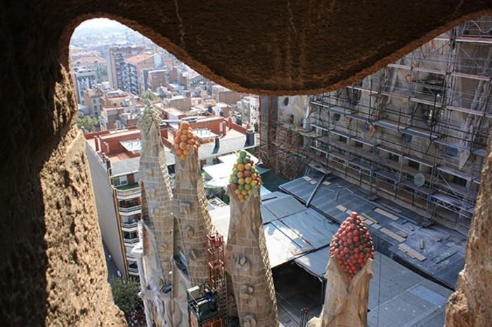 cathedrale-barcelone-Sagrada-Familia-vue-sur-les-petites-tours-resized
