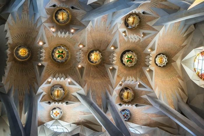 cathedrale-barcelone-Sagrada-Familia-vue-vers-le-plafond-excentrique-resized