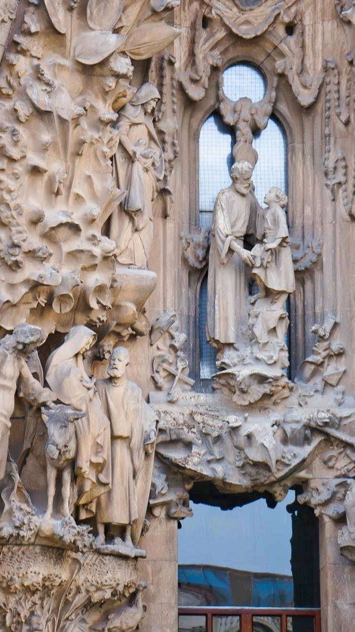 cathedrale-barcelone-Sagrada-a-droite-Jesus-et-Joseph-a-gauche-la-fuite-vers-l'Egypte-resized