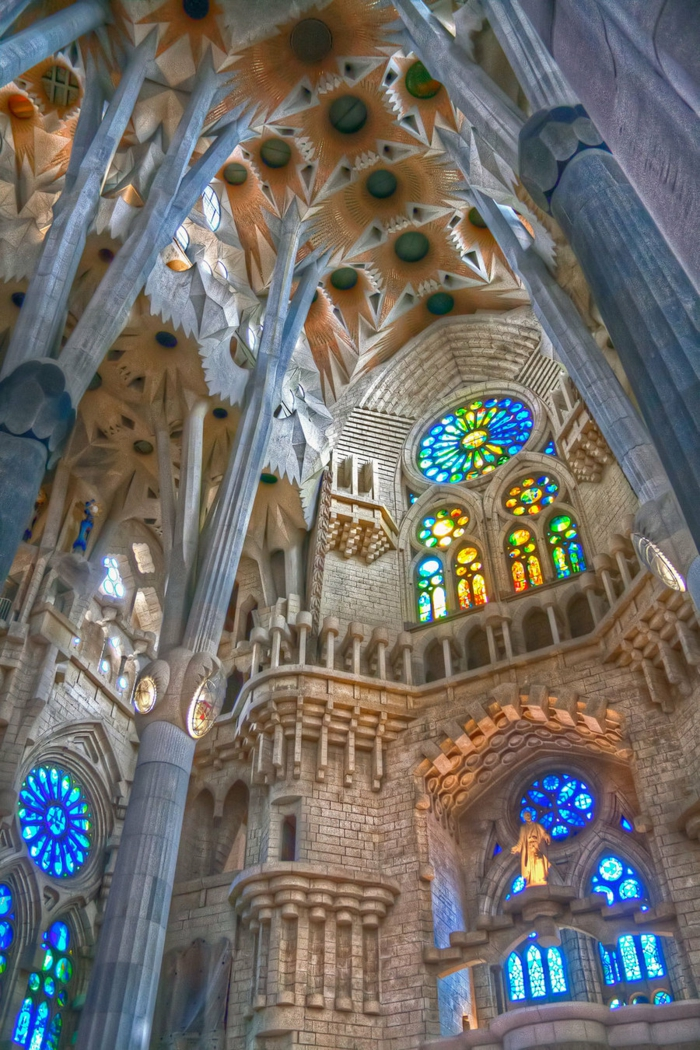cathedrale-barcelone-Sagrada-vitrages-lumiere-en-bleu-resized