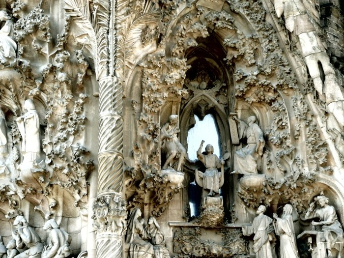 cathedrale-barcelone-details-des-figures-humaines-sur-la-facade-resized