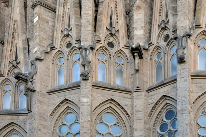 cathedrale-barcelone-details-des-serpents-et-des-lezards-entourent-les-fenetres-resized