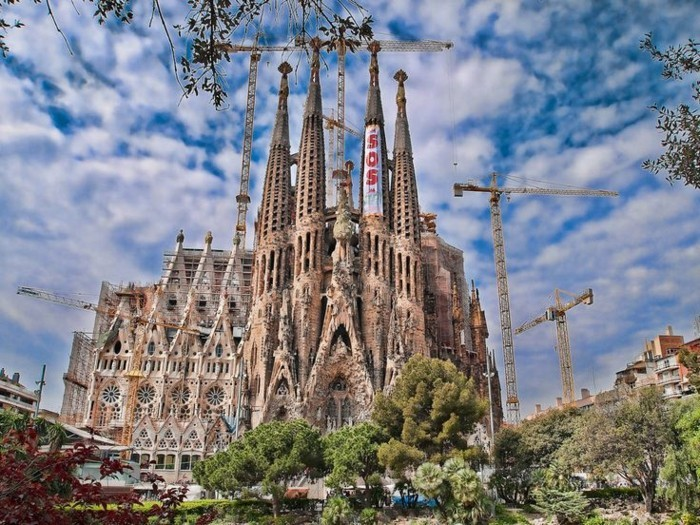 cathedrale-barcelone-en-pleins-travaux-constructifs-resized