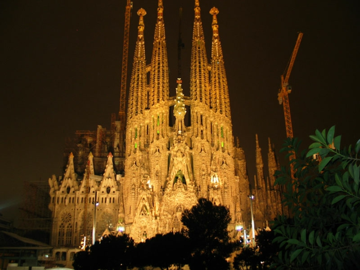 cathedrale-barcelone-illuminee-de-nuit-Sagrada-Familia-resized