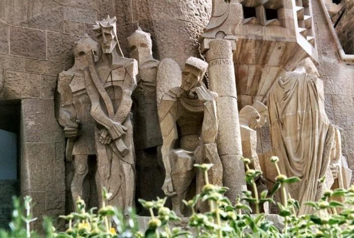 cathedrale-barcelone-statues-appartenantes-a-une-des-facades-les-plus-recentes-de-la-basilique-resized