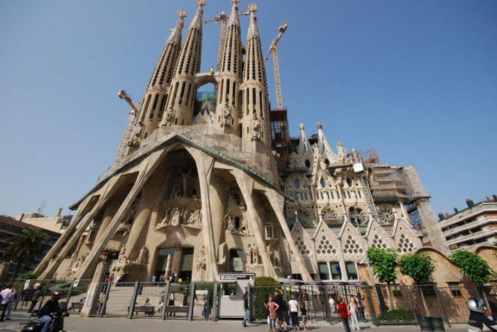 cathedrale-barcelone-vue-d'-esnsemble-du trottoir-oppose-resized