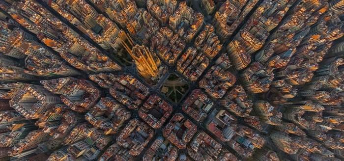 cathedrale-barcelone-vue-du-ciel-dans-le-contexte-de-la-ville-resized