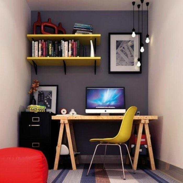 chaise-en-plastique-jaune-bureau-en-bois-clair-idee-deco-chambre-adulte-etagere-murale