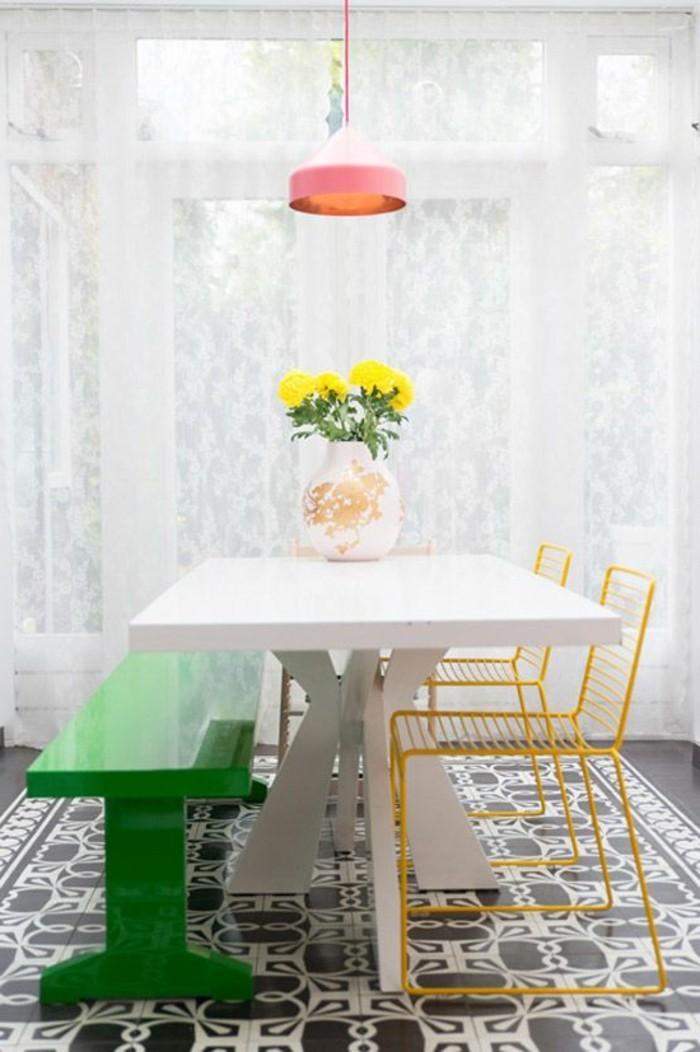chaises-en-fer-jaune-banc-en-bois-peint-en-vert-pour-la-salle-a-manger-fleurs-sur-la-table