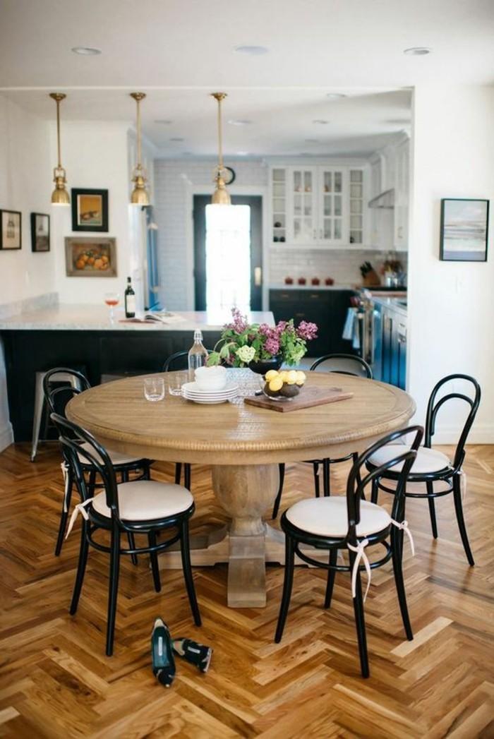 chaises-en-fer-noir-table-ronde-en-bois-clair-design-chic-fleurs-sur-la-table